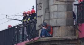 Mężczyzna chce skoczyć z mostu Poniatowskiego. Trwa akcja ratunkowa