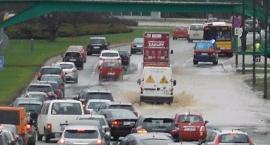Trasa Łazienkowska częściowo zalana. Awaria wodociągowa