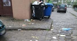 Wszechobecne śmieci na tyłach pawilonu przy Grochowskiej