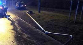 Powalona latarnia i drzewo - finał wyczynów pijanego kierowcy na Al. Stanów Zjednoczonych