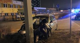 Wypadek na Ostrobramskiej. Kierowca wyszedł z samochodu i upadł