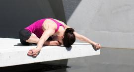 Świadoma praca nad własnym ciałem – joga w hali sportowej przy Siennickiej 40