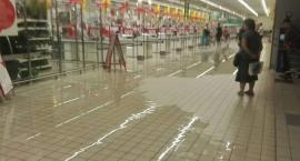 Mieszkaniec ostrzega zalało Auchan przy Jubilerskiej