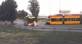 Niedoszły pasażer zagrodził drogę kierowcy autobusu linii 169, a ten ruszył [FILM]