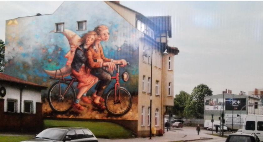 Kradną księżyc i uciekają na rowerze. Nowy mural na ulicach Szczecinka