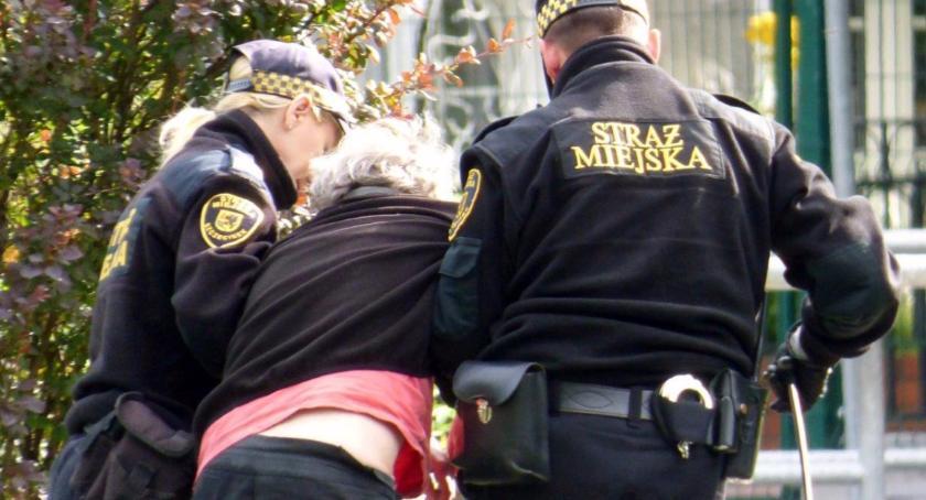 Straż Miejska, Straż Miejska Szczecinku wystawia mandaty - zdjęcie, fotografia