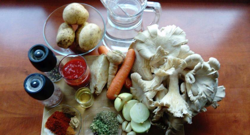 Elwira gotuje zupę z boczniaków