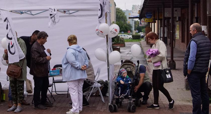 Bronili demokracji w Szczecinku. Działacze KOD próbowali rozmawiać z mieszkańcami