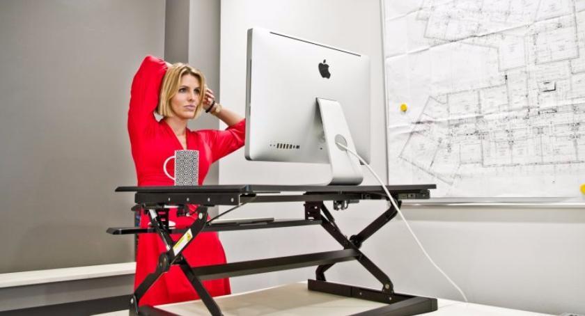 zdrowie, sposobów zdrowe plecy poznaj biurka podnoszone - zdjęcie, fotografia