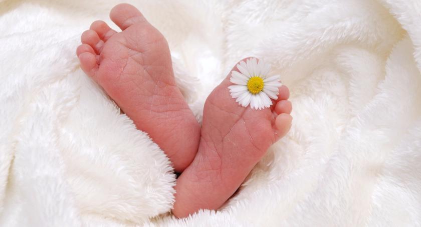 Matki, które nie chcą po porodzie własnych dzieci. Co mogą w Szczecinku z nimi zrobić?