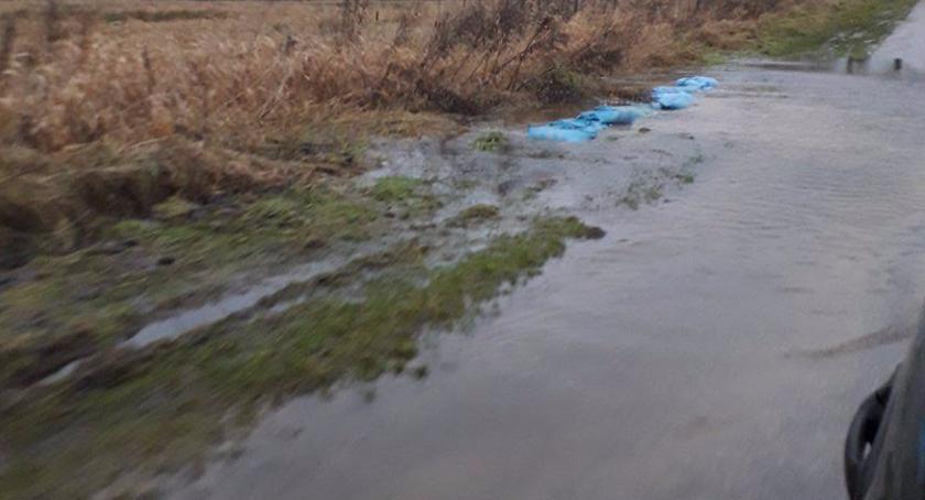 Trzcinno: Droga prowadzi przez wodę