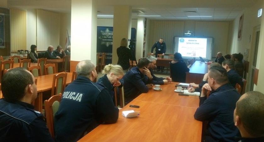 Policyjna debata o przemocy w Szczecinku: Nie zawsze sprawcami są mężczyźni