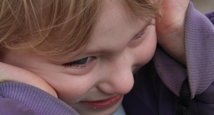 Komisja zabiera pokój dziecku z autyzmem. Starosta zleca natychmiastowe zbadanie sprawy