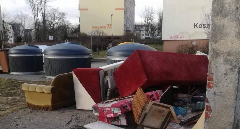 Podrzucają stare fotele i wersalki. Straż Miejska w Szczecinku interweniuje