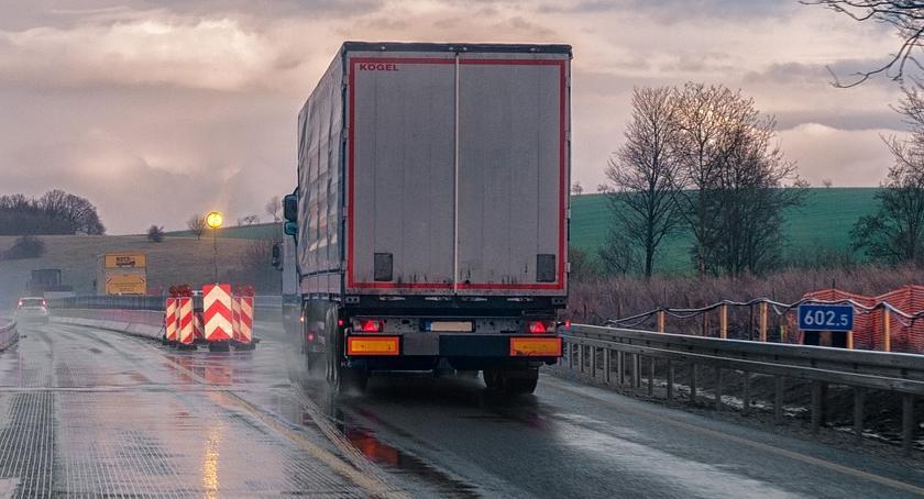Kierowca ciężarówki, cieśla, pracownik pralni, pizzer, pomocnik magazyniera