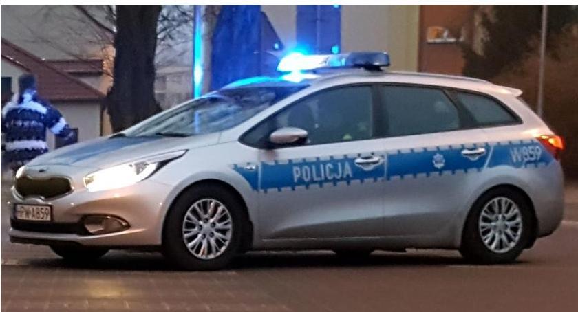 Policja, Chciał przejść drugą stronę drogi uderzył samochód - zdjęcie, fotografia