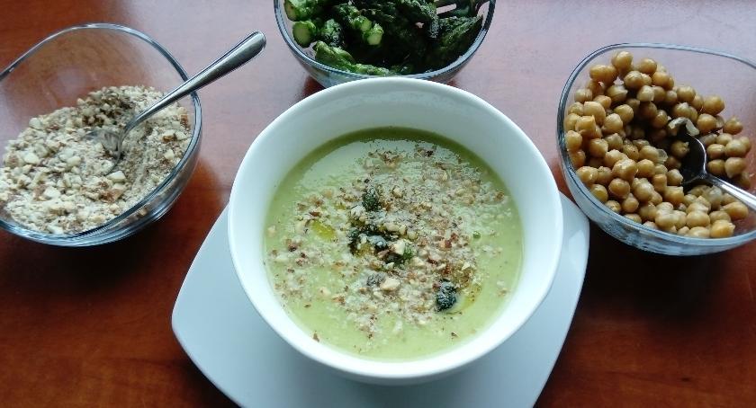 Gotowanie, Elwira gotuje zupę zielonych szparagów - zdjęcie, fotografia