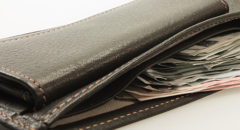Policja, letnia kobieta zgubiła portfel Trafiło uczciwego mieszkańca - zdjęcie, fotografia