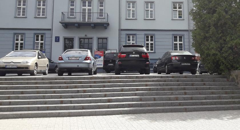 Teren przy zamku: Samochody zagradzają przejście