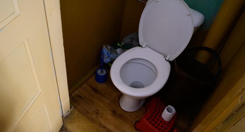 Kąpiel w misce i wspólne wc na korytarzu. Rzeczywistość w 250 szczecineckich mieszkaniach