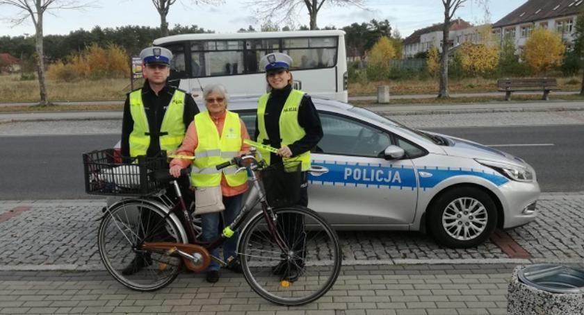 Daj się zauważyć! Policjanci w Szczecinku rozdają odblaski