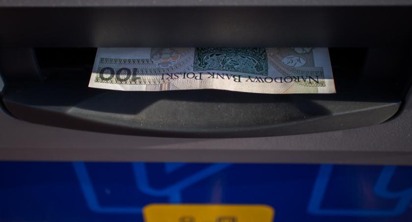 Kto drugi, ten kradnie. Zuchwała kradzież gotówki z bankomatu