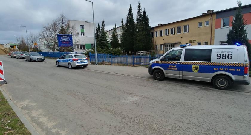 Radiowóz straży miejskiej zahaczył o samochód i odjechał?