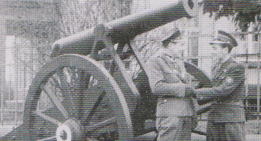 Dwóch oficerów i armata