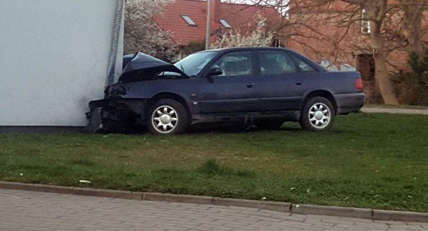 Audi zderzyło się z... trafostacją. Czytelnik: Obudził mnie potężny grzmot