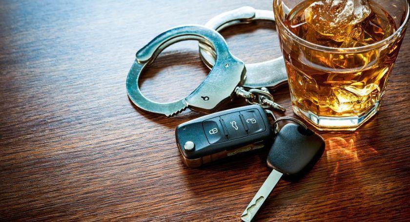 Pijany kierowca ze Szczecinka uderzył w drzewo. Miał ponad półtora promila