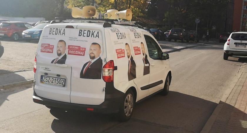 Samochód wyborczy Marcina Bedki na ulicach Szczecinka