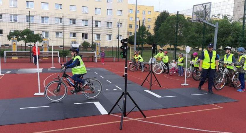 Policjanci ze szczecineckiej drogówki szkolą małych rowerzystów