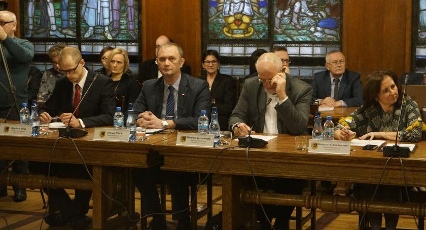Radni milczący i radni mówiący