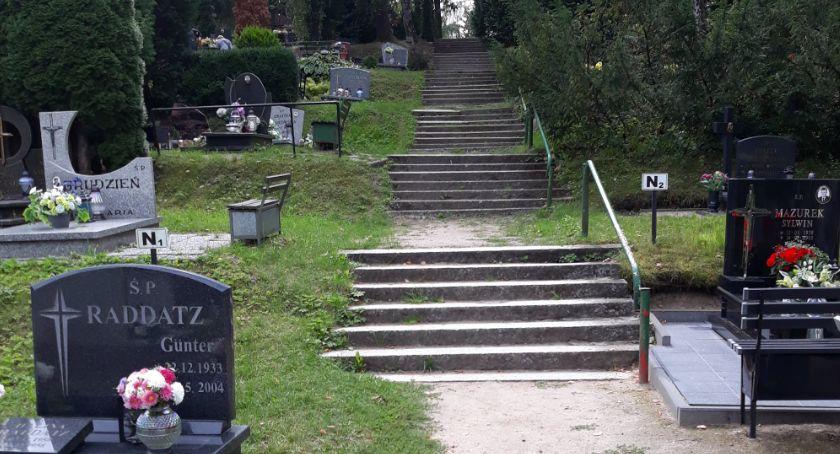 Półnagi rzucał zniczami, napił się i położył spać... na grób