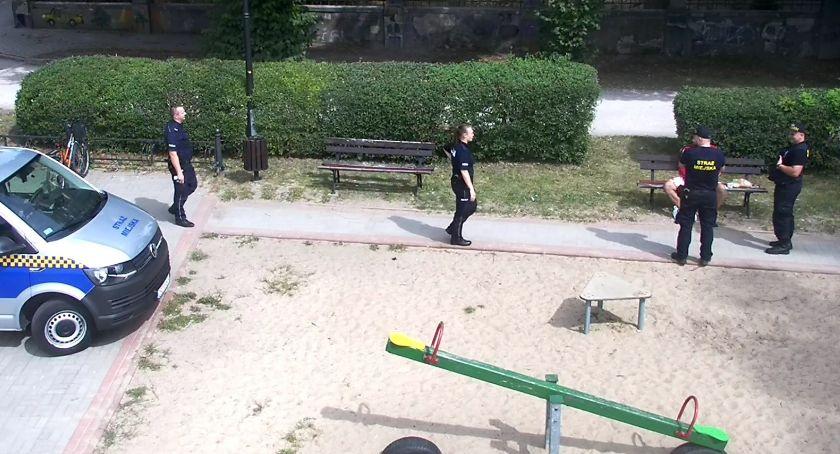 Ukradł kosmetyki i.... poszedł na plażę. Wypatrzył go miejski monitoring