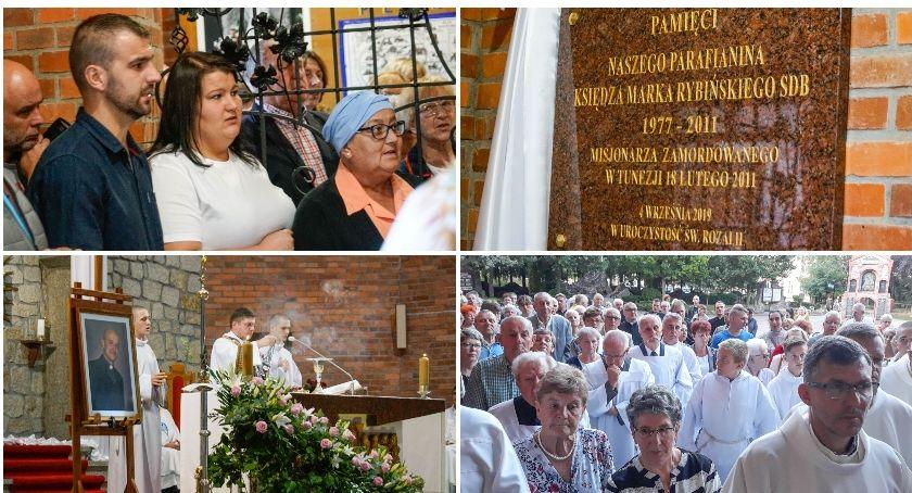 Mieszkańcy Szczecinka pamiętają o ks. Marku Rybińskim. W parafii św. Rozalii odsłonięto tablicę
