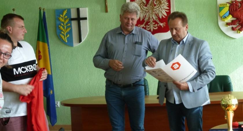Uroczyste wręczenie Pucharu dla LZS Mechanik Turowo za awans do klasy okręgowej