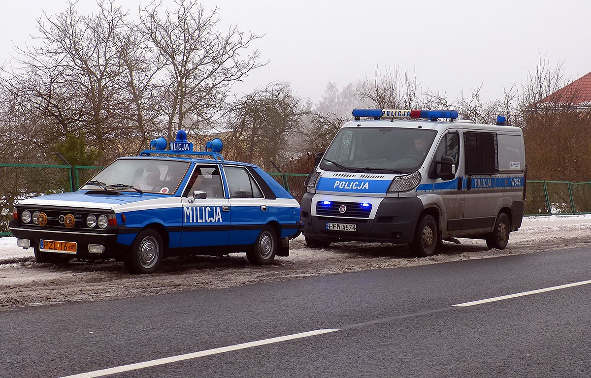 Policja, Radiowóz zatrzymuje radiowóz - zdjęcie, fotografia