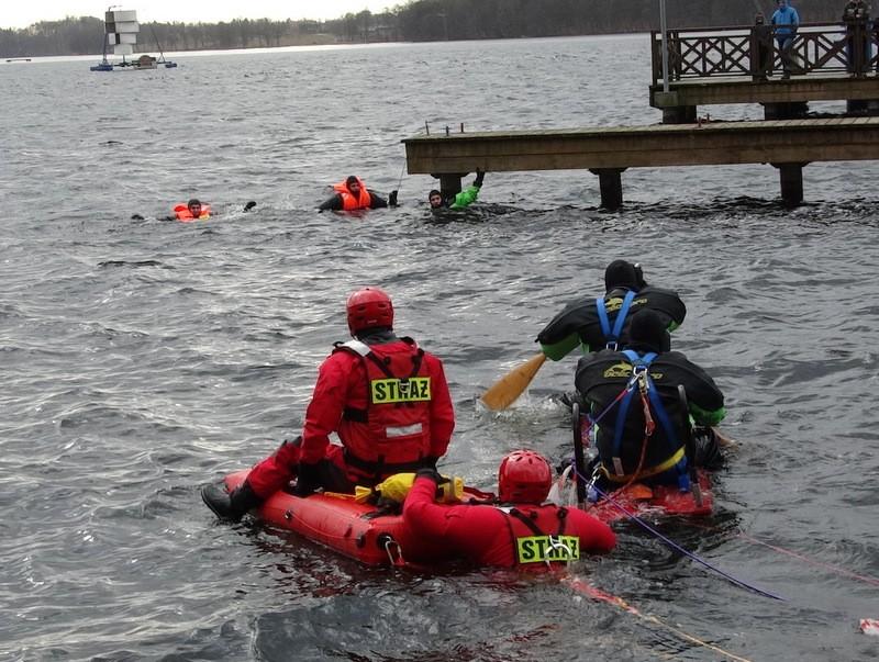 Aktualności, Strażacy ćwiczyli dzieci patrzyły - zdjęcie, fotografia