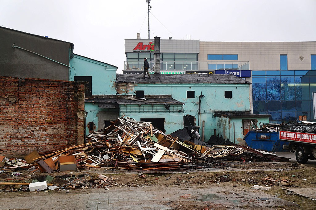 """Inwestycje i remonty, miejscu """"Krzywego Domu"""" szkło aluminium - zdjęcie, fotografia"""