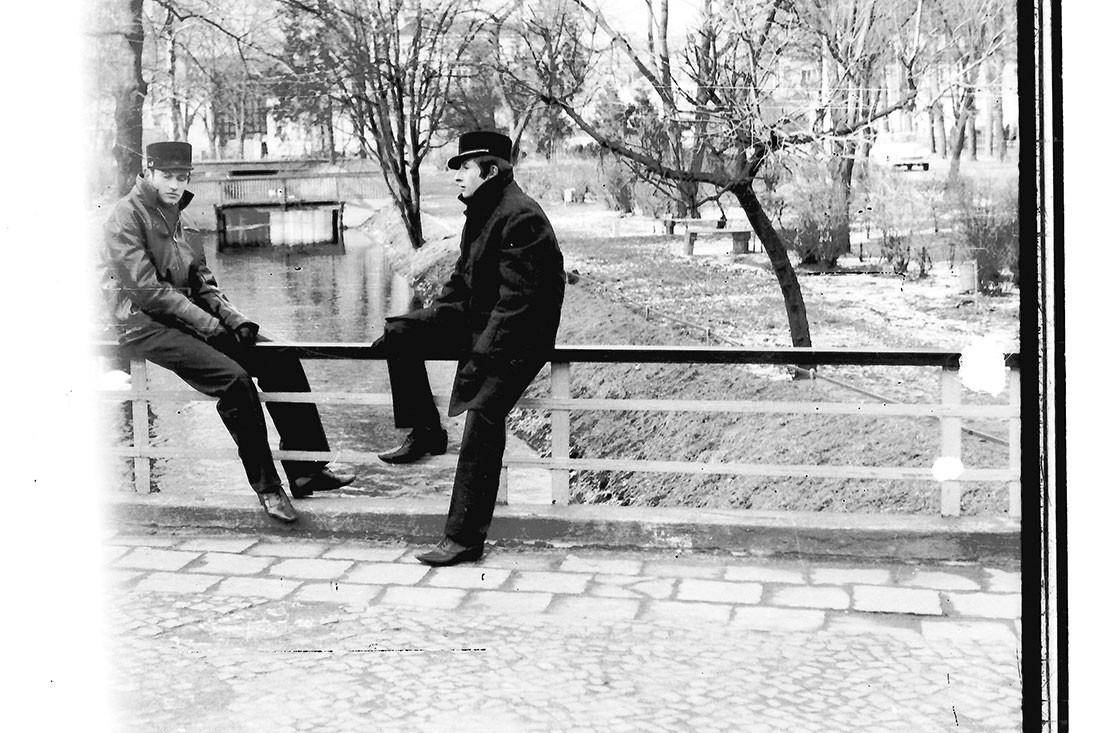 Historia, Dwóch maturzystów mostku - zdjęcie, fotografia