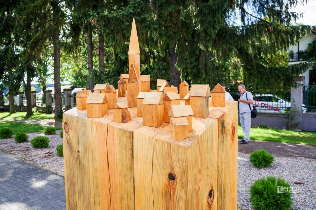 Wystawy, rzeźby warto zobaczyć będą stały parku - zdjęcie, fotografia