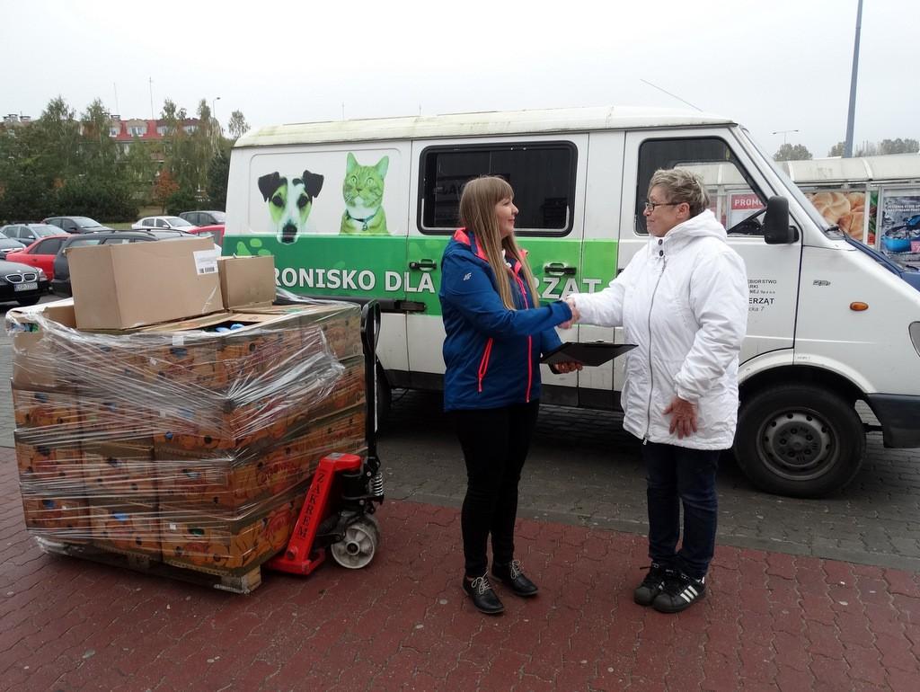 Zwierzaki, Setki kilogramów karmy Zwierzętom pomagało Intermarche klientami - zdjęcie, fotografia