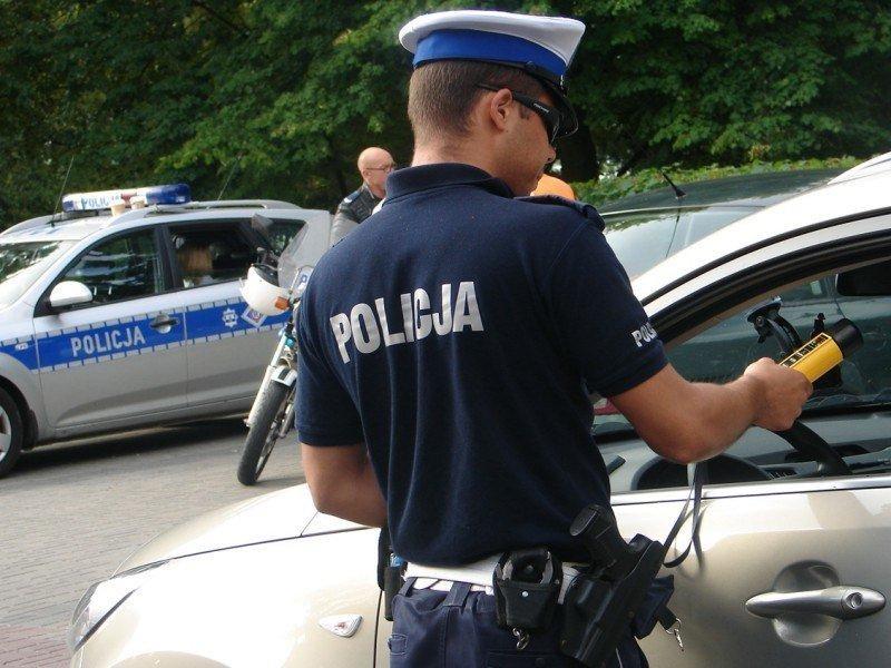 Policja, Rozboje nożęm policjanta pijani kierownicą wypadki drogowe - zdjęcie, fotografia