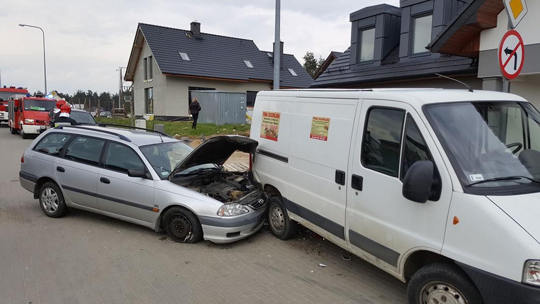 Wypadki drogowe , Zablokowało pedał gazem Młody kierowca wbił dostawczaka - zdjęcie, fotografia