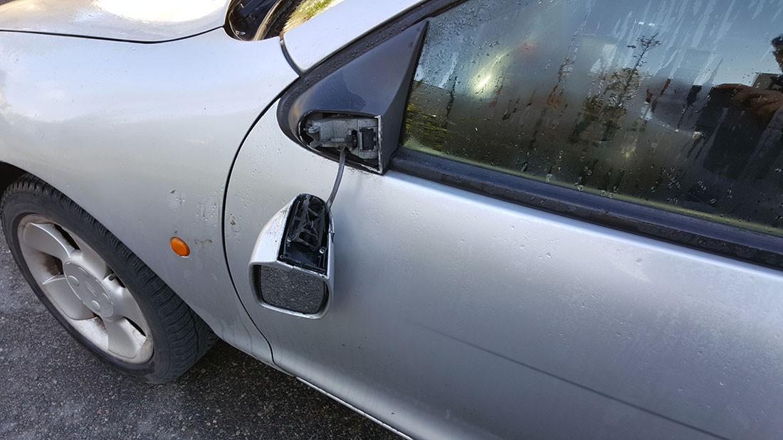 Wypadki drogowe , Kamienna Ktoś pourywał lusterka samochodach - zdjęcie, fotografia