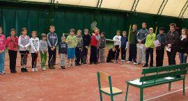 Dzieci bawiły się w tenis ziemny