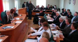 O rozbudowie szpitala i kosztownej opiece zastępczej – radni powiatu na obradach