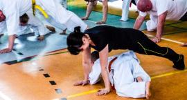 Dzieci ćwiczyły karate razem ze swoimi rodzicami