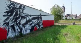 Mural patriotyczny na Kołobrzeskiej już dokończony. Teraz z husarzem